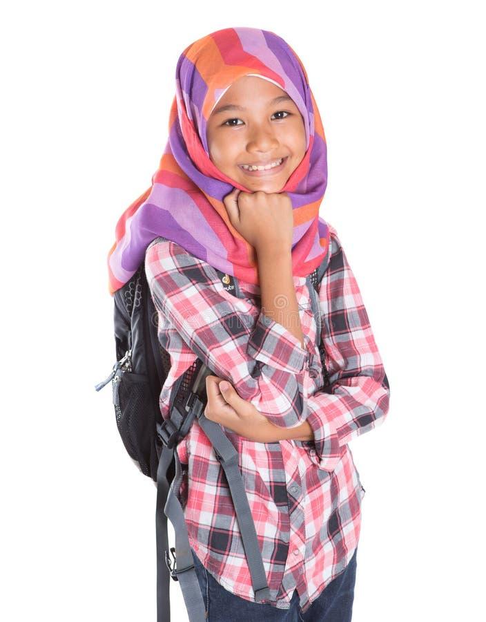 Мусульманская девушка школы с сумкой школы i стоковое фото