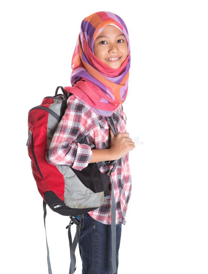 Мусульманская девушка школы с сумкой школы IX стоковая фотография rf
