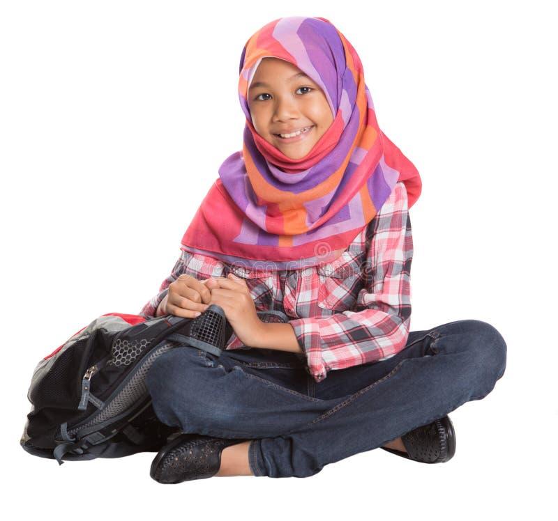 Мусульманская девушка школы с сумкой школы v стоковое изображение rf