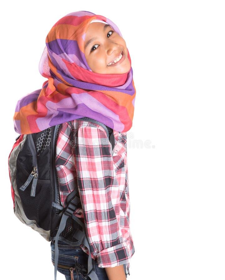 Мусульманская девушка школы с сумкой школы VII стоковое изображение rf