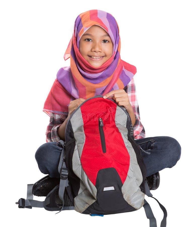 Мусульманская девушка школы с сумкой школы VIII стоковое фото rf