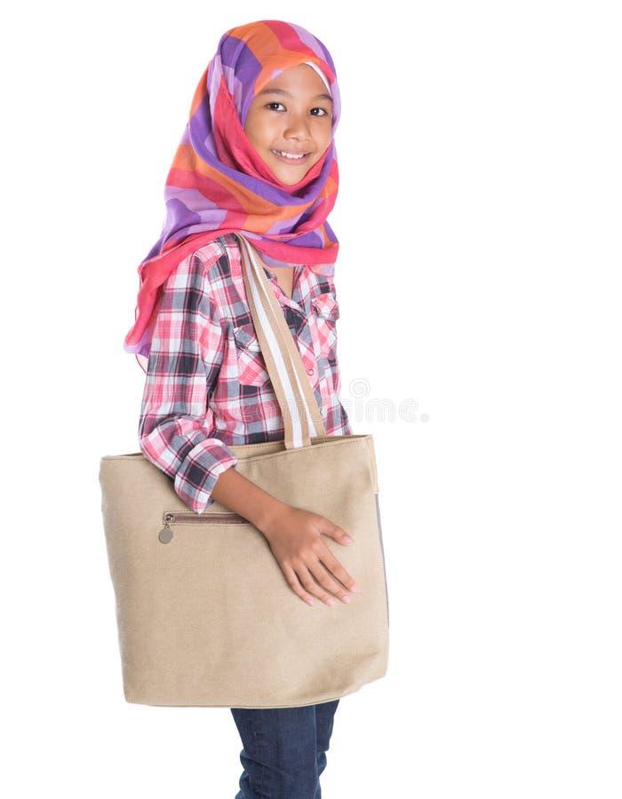 Мусульманская девушка школы с сумкой стоковые изображения rf