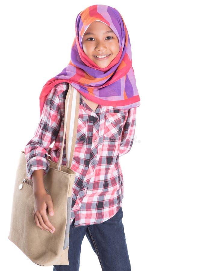 Мусульманская девушка школы с сумкой III стоковые изображения