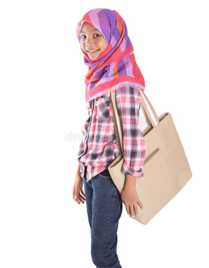 Мусульманская девушка школы с сумкой v стоковые изображения
