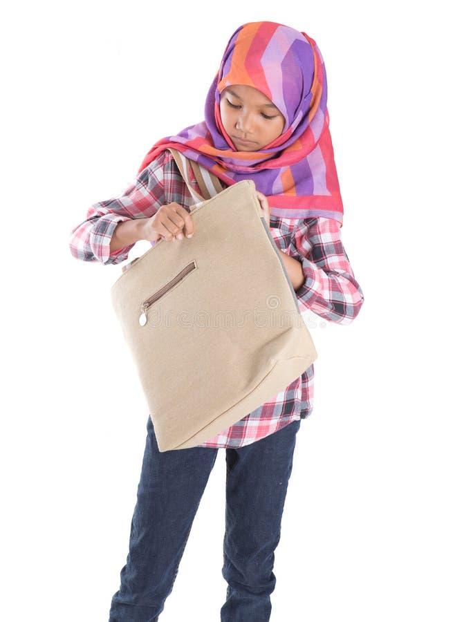 Мусульманская девушка школы с сумкой VI стоковое изображение