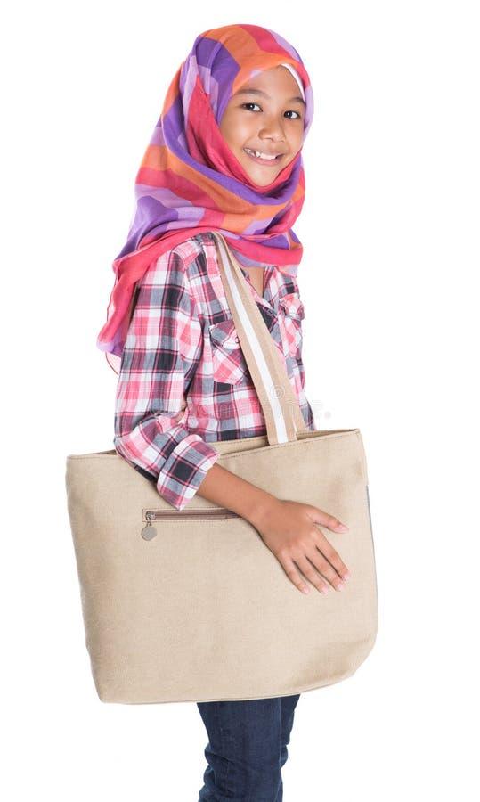 Мусульманская девушка школы с сумкой VII стоковые изображения