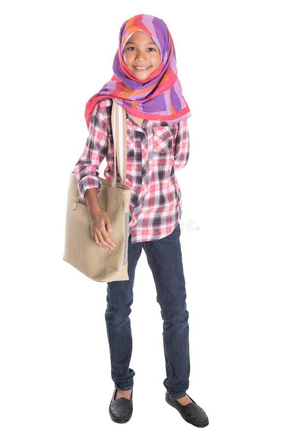 Мусульманская девушка школы с сумкой VIII стоковая фотография rf