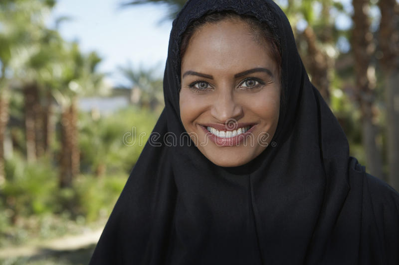 Мусульманская женщина в черном головном платке стоковые фото
