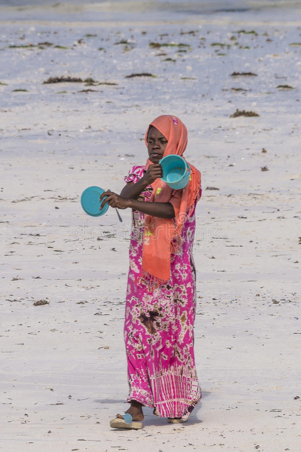 Мусульманская женщина на пляже стоковая фотография