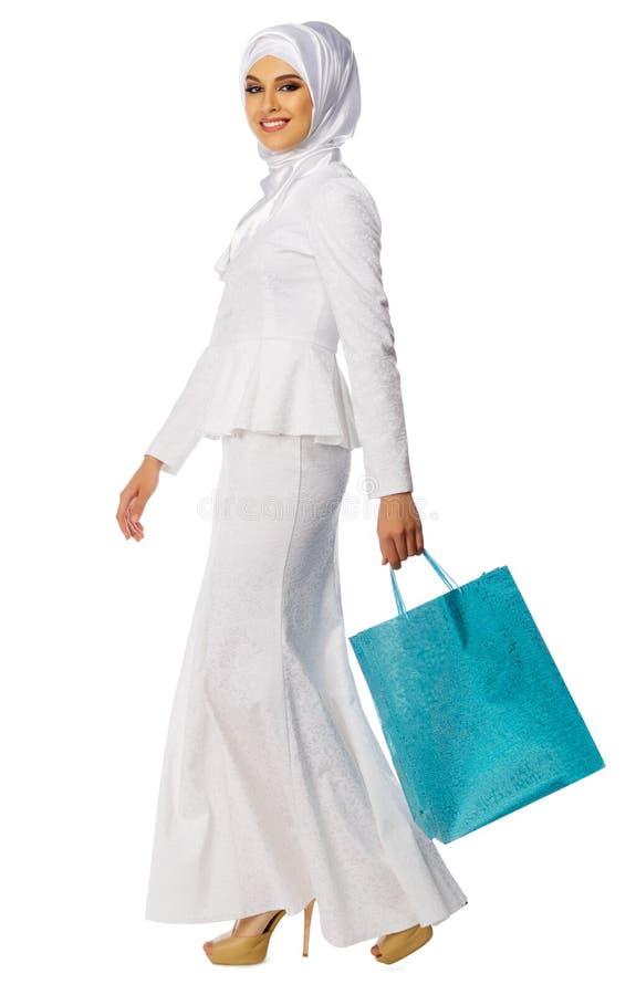 Мусульманская женщина с сумкой стоковое фото
