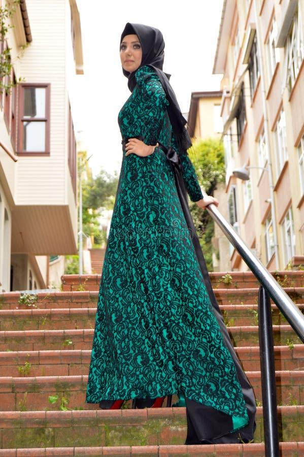 Мусульманская молодая женщина стоковое фото rf