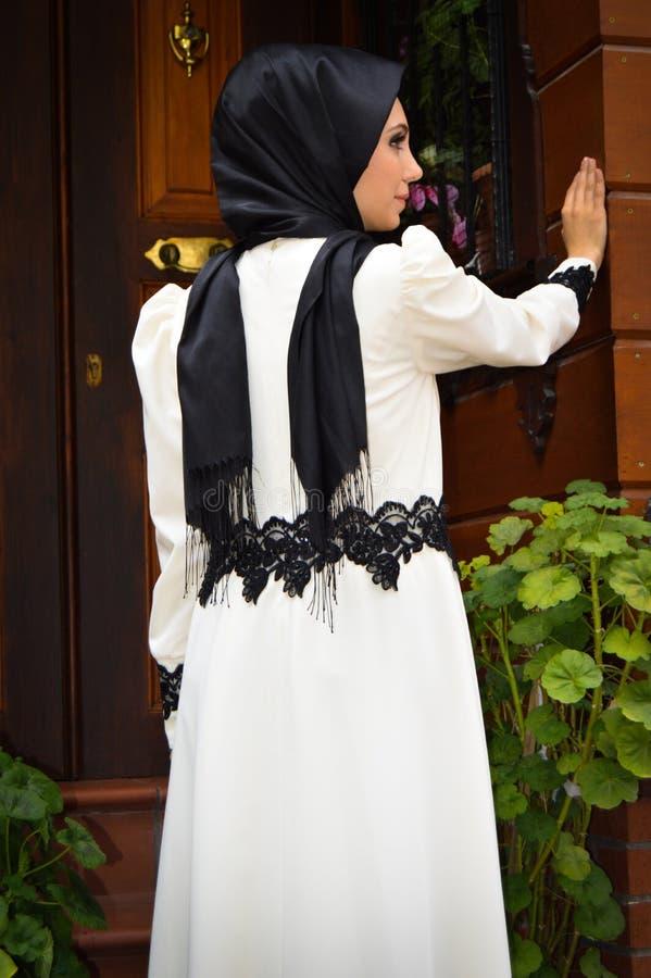 Мусульманская молодая женщина стоковая фотография rf