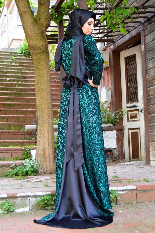 Мусульманская молодая женщина стоковые изображения