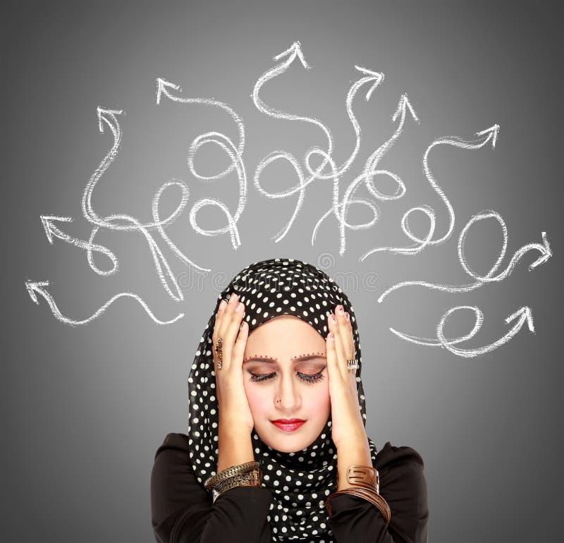 Мусульманская усиленная женщина имеющ настолько много мыслей стоковые изображения