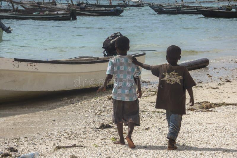 Мусульманские дети на пляже стоковые фото