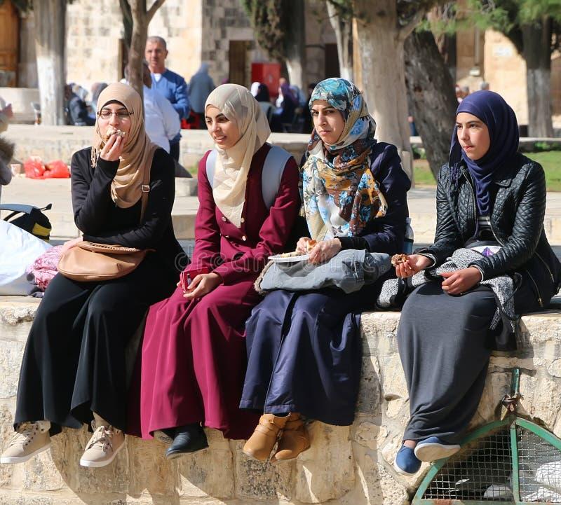 мусульманские женщины молодые стоковое изображение rf