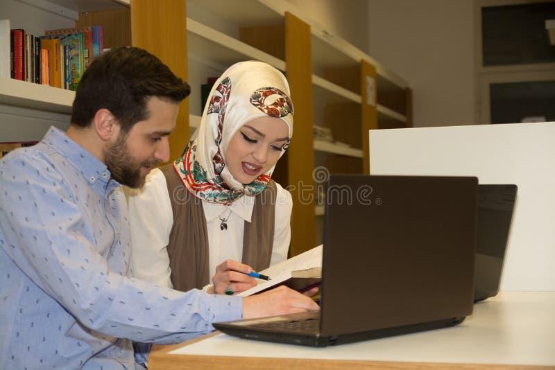 Мусульманские студенты в библиотеке стоковое фото rf