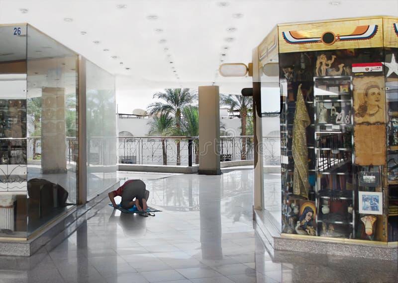 Мусульманский человек вставать и молит стоковое фото