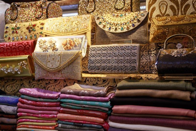 Муфты красивых handmade женщин лежат на счетчике стоковое фото rf
