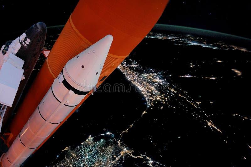 Муха космического летательного аппарата многоразового использования к элементам земной орбиты этого изображения обеспечила NASA f стоковые изображения