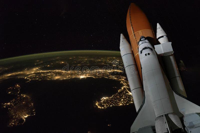 Муха космического летательного аппарата многоразового использования к элементам земной орбиты этого изображения обеспечила NASA f стоковое изображение rf