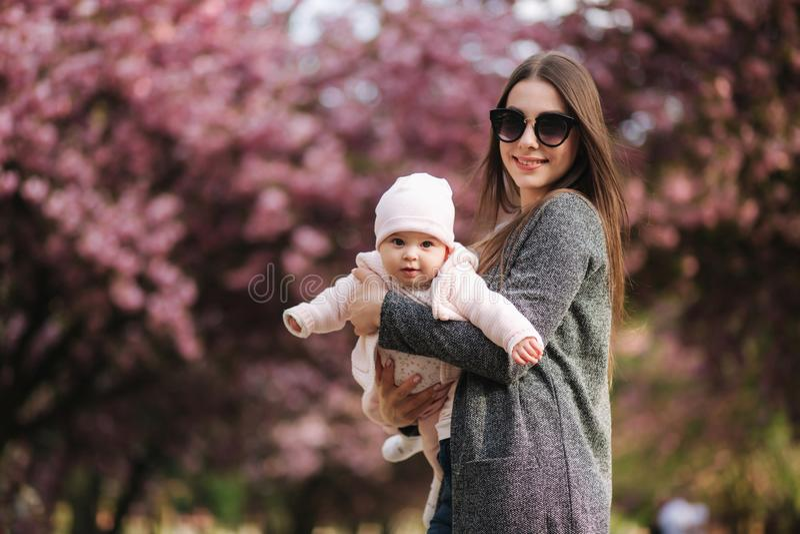Муха мамы с ее маленьким младенцем в парке tha E стоковая фотография rf