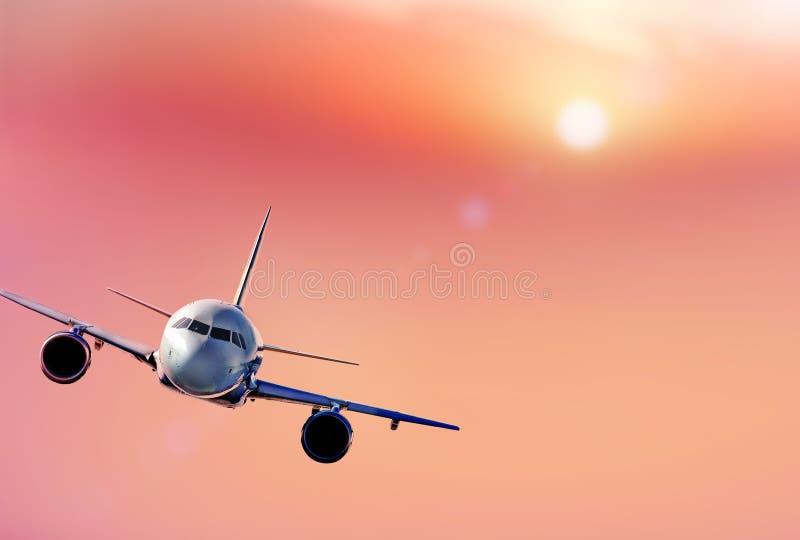 Муха реактивного самолета над красивыми облаками Белый самолет летая стоковые фотографии rf