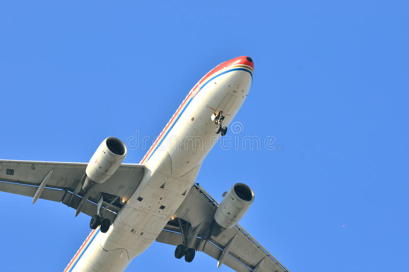 Муха самолета на голубом небе