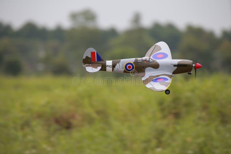 Муха самолета Rc в хранят воздухе, который стоковые изображения