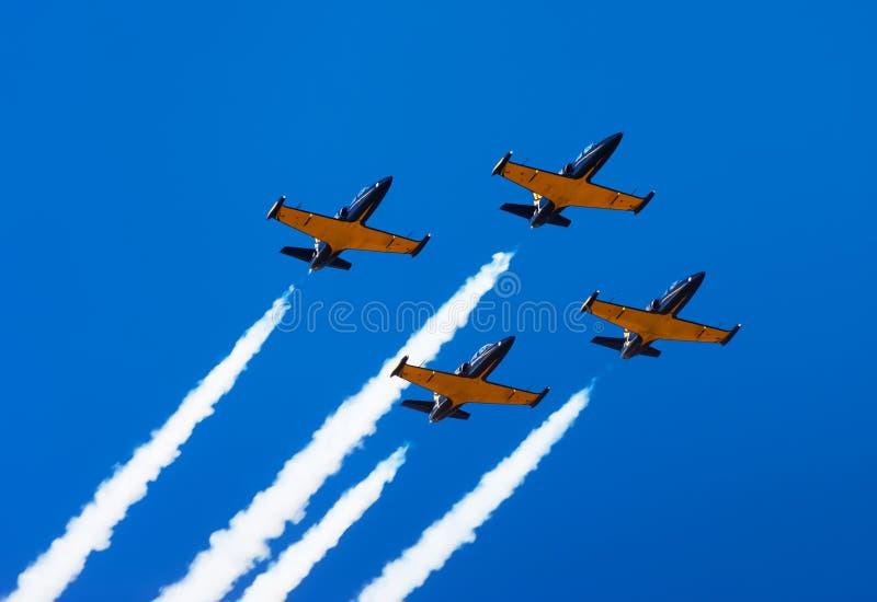 Муха собирает самолеты в небе Авиасалон стоковое изображение