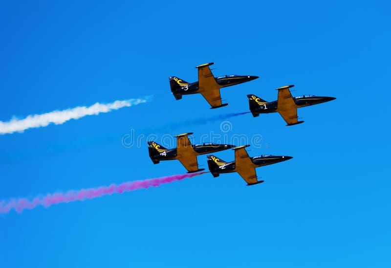 Муха собирает самолеты в небе Авиасалон стоковые фотографии rf