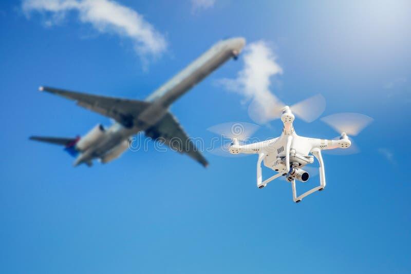 муха трутня близко к коммерчески самолету стоковые изображения