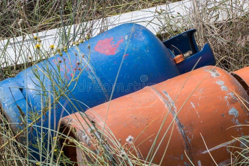 Мух-подсказка с бутылками банки газа Токсический наклонять мухы токсичных отходов стоковые изображения rf