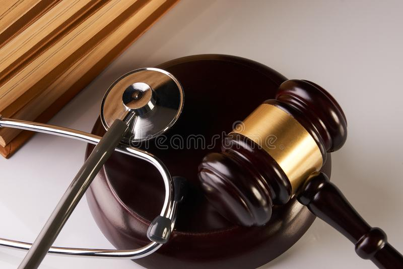 Мушкел закона или молоток судьи и медицинский стетоскоп стоковые фото