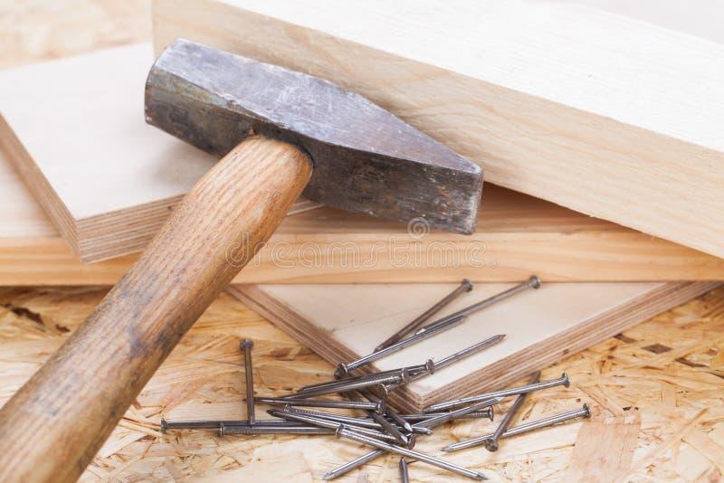 Мушкел с ногтями и планками новой древесины стоковые фото