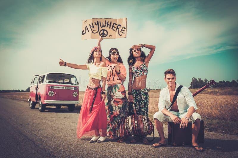 Мульти-этнические автостопщики hippie стоковое изображение