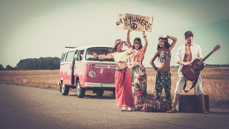 Мульти-этнические друзья hippie на поездке стоковые изображения