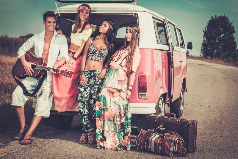 Мульти-этнические друзья hippie на поездке стоковое изображение