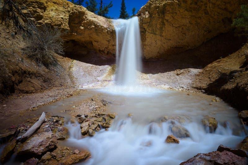 Мшистый водопад пещеры стоковая фотография rf