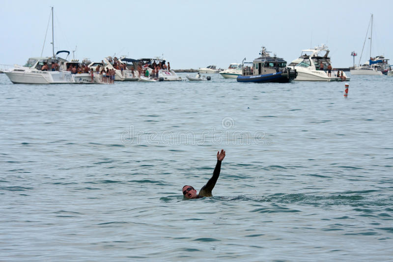 Мыжской пловец делает Backstroke между Partying шлюпки стоковое изображение rf