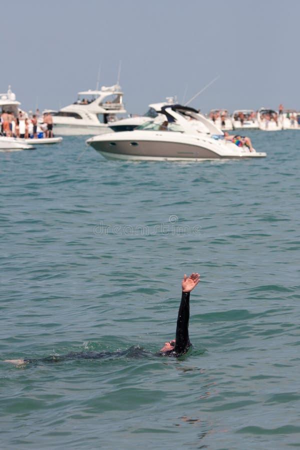Мыжской пловец делает Backstroke через Partying шлюпки стоковые фотографии rf
