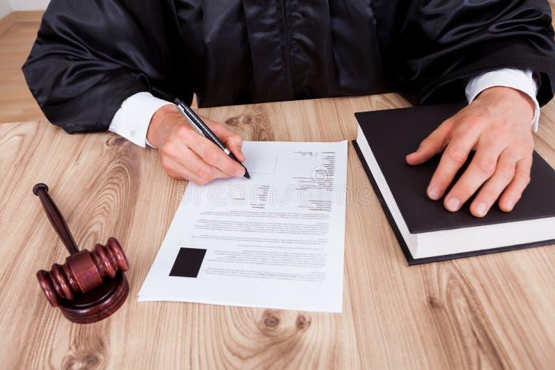 Мыжской судья в зале судебных заседаний стоковое изображение