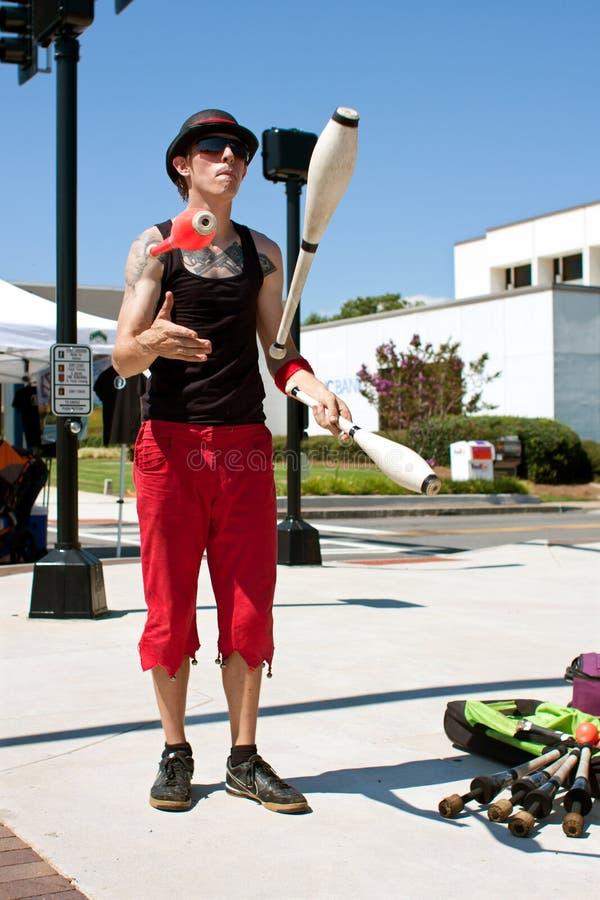 Мыжской Juggler выполняет на празднестве лета стоковые изображения rf