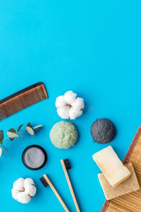 Мыло, гребень, бамбуковая зубоврачебная щетка чистки и зубная паста для нул ненужных образов жизни на голубом взгляде сверху пред стоковая фотография