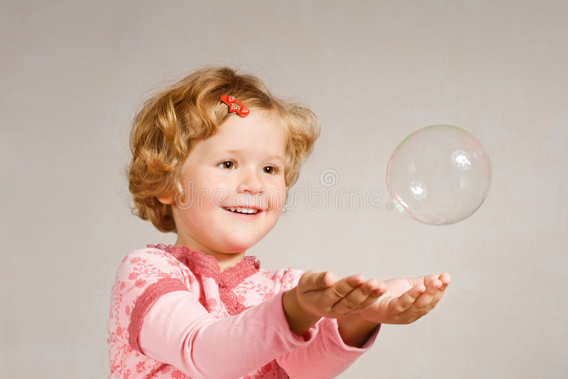 мыло девушки пузыря малое стоковые фото