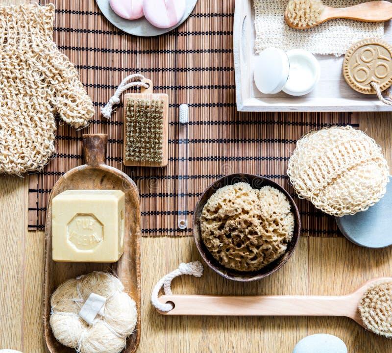 Мыло и люфа неподдельного оливкового масла твердое для традиционной красоты стоковое фото rf
