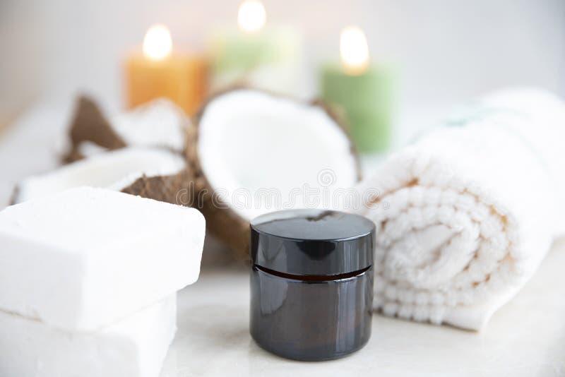 Мыло кокоса и опарник лосьона стоковое изображение
