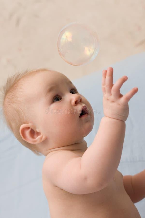 мыло прелестного ребенка пузыря заразительного сидя стоковая фотография