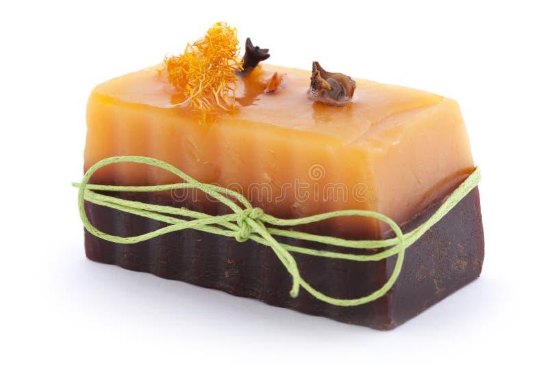 Мыло шоколада оранжевое с гвоздичным деревом, Illicium, циннамоном и люфой на верхней части на белой предпосылке стоковые фотографии rf