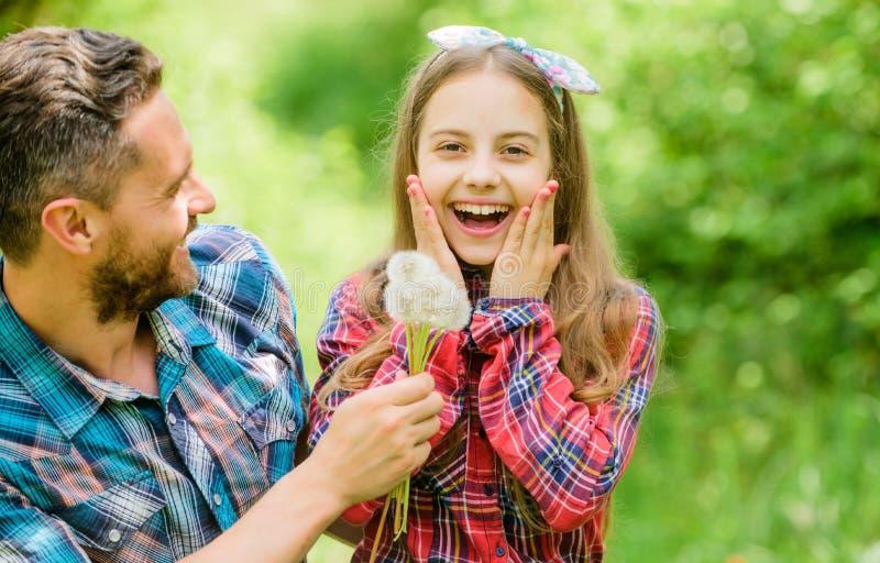 Мысль об экологичности маленькая девочка и счастливый папа человека r страна деревни весны ферма лета семьи r стоковые изображения